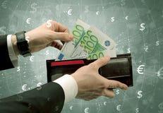 De zakenmanhand neemt euro van portefeuille Stock Fotografie