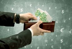 De zakenmanhand neemt euro van portefeuille Stock Afbeelding