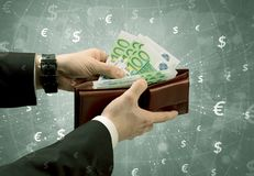 De zakenmanhand neemt euro van portefeuille Royalty-vrije Stock Foto's