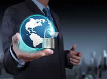De zakenmanhand toont 3d wereld met hangslot Stock Fotografie