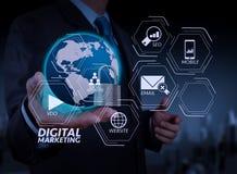 de zakenmanhand toont 3d wereld met hangslot als Internet securit Stock Fotografie