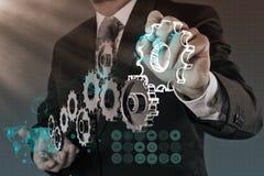 De zakenmanhand toont toestel aan succes stock afbeelding