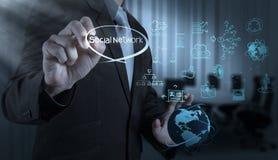 De zakenmanhand trekt bedrijfssuccesgrafiek stock fotografie