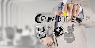 De zakenmanhand trekt creatieve blog Royalty-vrije Stock Foto's