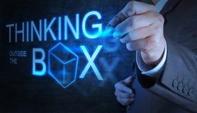 De zakenmanhand trekt het denken buiten de doos vector illustratie