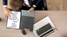 De zakenmantypes op laptop toetsenbord begint dan grafieken te bekijken stock videobeelden