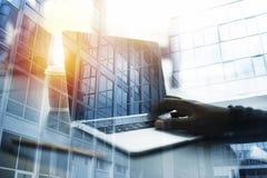 De zakenmanwerken in bureau met laptop Concept Internet-het delen Dubbele blootstelling royalty-vrije stock afbeeldingen