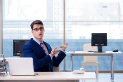 De zakenmanwerknemer ongelukkig over afwezige werknemer royalty-vrije stock foto