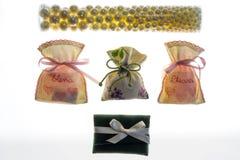 De zakken die van de huwelijksgunst met een suikerlaagje bedekte amandelen, datagift bevatten Stock Afbeeldingen