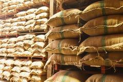 De zakken van de stapelhennep rijst Royalty-vrije Stock Foto's