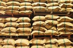 De zakken van de stapelhennep rijst stock foto