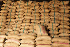 De zakken van de stapelhennep rijst royalty-vrije stock afbeeldingen