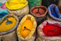 De zakken van Gekleurde Verf kleuren Poeder in Istanboel, Turkije met pigment Royalty-vrije Stock Afbeelding