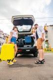De zakken van de paarverpakking in autoboomstam Blauwe hemel en auto royalty-vrije stock foto's