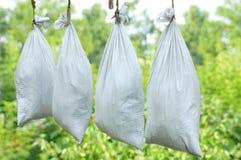 De zakken voedsel hangen op straat stock foto