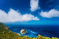 De Zakynthos vue côtière fantastique à l'ouest Roche blanche isolée de falaise en mer Navigation de touristes blanche de bateau à image stock