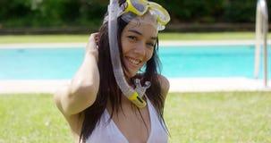 De zalige jonge vrouw snorkelt binnen en beschermende brillen stock video