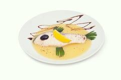 De zalm met saus maakt in de vorm van vissen op Stock Foto