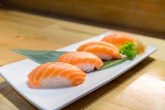 De zalmsushi, Japans voedsel heerlijk menu, dienden op houten tegenlijst Stock Foto's