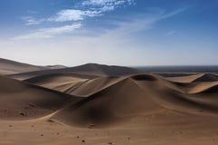 De zandduinen bij de het Weergalmen Zandberg dichtbij de stad van Dunhuang, in de Gansu-Provincie stock afbeeldingen