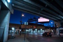 De zanderige donkere kruising van de de stadsstraat van Chicago bij nacht Royalty-vrije Stock Foto