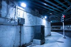 De zanderige donkere onderdoorgang van de de brugstraat van de stadsweg bij nacht Royalty-vrije Stock Fotografie