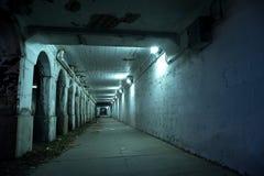 De zanderige donkere tunnel van de de stadsstraat van Chicago bij nacht Royalty-vrije Stock Fotografie