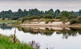 De zandige bank van de rivier Royalty-vrije Stock Afbeelding