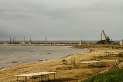 De zandige strand en zeehavenwinstwinter stock fotografie
