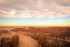 De zandige weg leidt tot strand bij de weiden van Kaapmei bij zonsopgang op een vroege de lenteochtend stock afbeeldingen