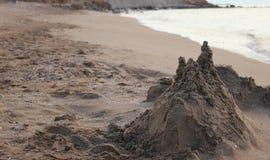 De zandkasteeltoevlucht op de kusten van het warme zuidelijke overzees Royalty-vrije Stock Foto