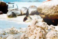 De zandkasteelzomer op strand stock foto's