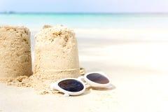 De zandkasteelzomer op strand stock afbeeldingen