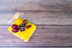 De zandkoek van de citroenvla met verse gemengde vruchten stock fotografie