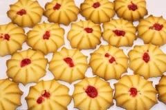 De zandkoekkoekjes kurabye poederden huidige seizoenplak stock afbeeldingen