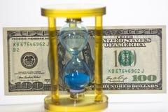 De zandloper en het geld van het glas Royalty-vrije Stock Foto