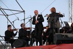 De zanger Aldo Caputo van de kunstenaarsopera, teneur, Italiaanse operaster en de leider van het symfonieorkest Fabio Mastrangelo Royalty-vrije Stock Foto's