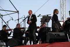 De zanger Aldo Caputo van de kunstenaarsopera, teneur, Italiaanse operaster en de leider van het symfonieorkest Fabio Mastrangelo Royalty-vrije Stock Foto