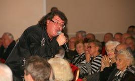 De zanger en de componist Igor Kornelyuk - de prestaties op het stadium van Paleis van cultuur en wetenschap Royalty-vrije Stock Foto