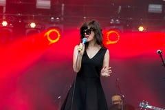 De zanger en songwriter van Natalie Prass voeren bij Rots Engels Zegenfestival uit Stock Foto's