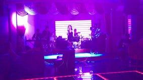 De zanger presteert in een disco stock footage