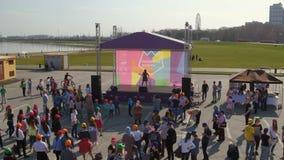 De Zanger Sings van de hommelmening op de Deelnemersdans van de Stadiumflits Menigte stock videobeelden