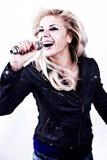 De zanger van de rots. Het jonge meisje zingen in microfoon. stock fotografie