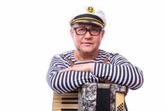 De zanger van de zeemansimpresario met muzikale instrumententrommel en harmonika stock foto