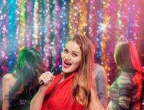 De zanger van de schoonheidskaraoke Stock Foto