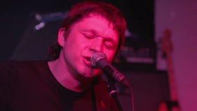 De zanger voert een clubclose-up uit stock videobeelden