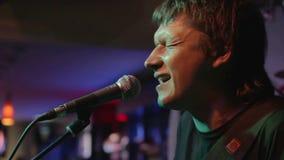 De zanger voert een clubclose-up uit stock footage