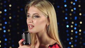 De zanger zingt lyrische liederen op de achtergrond kleurde lichten stock video