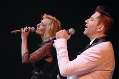 De zangers Kristina Orbakaite en Avraam Russo presteert op stadium tijdens het overleg van de het 50ste jaarverjaardag van Viktor Royalty-vrije Stock Foto
