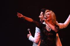 De zangers Kristina Orbakaite en Avraam Russo presteert op stadium tijdens het overleg van de het 50ste jaarverjaardag van Viktor Stock Afbeelding